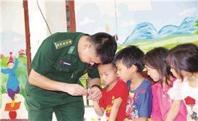 Chiến sĩ biên phòng với học sinh vùng cao