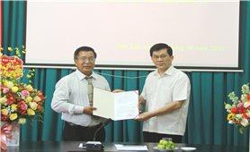 Ủy ban Dân tộc trao quyết định nghỉ hưu cho Phó Vụ trưởng Vụ Địa phương II