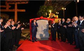 Thủ tướng Nhật Bản thân thiện bắt tay du khách khi tản bộ ở Hội An