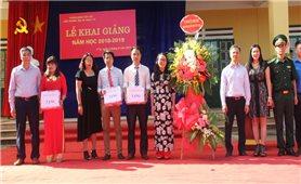 Thứ trưởng, Phó Chủ nhiệm Ủy ban Dân tộc Hoàng Thị Hạnh dự Lễ khai giảng năm học mới tại xã Y Tý