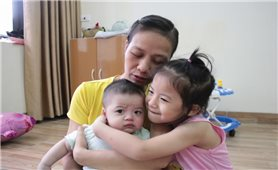Điều kỳ diệu của người mẹ bị ung thư chấp nhận mù sinh con