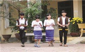 Bản sắc dân tộc Cor theo học sinh tới trường