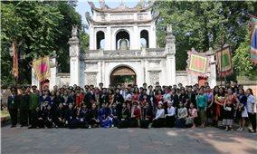120 em học sinh, sinh viên, thanh niên DTTS xuất sắc, tiêu biểu năm 2019 dâng hương, ghi sổ Vàng tại Văn Miếu Quốc Tử giám