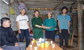 Đồn Biên phòng Cửa khẩu Trà Lĩnh: Giúp dân làm chuồng gia súc