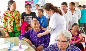 Khám bệnh cấp thuốc miễn phí cho người nghèo ở huyện đảo Cù Lao Dung