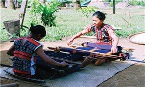Phục hồi nghề dệt thổ cẩm cho người Cơ-tu