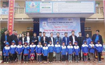 Công ty Điện lực Lào Cai: Mang áo ấm đến với học sinh vùng cao