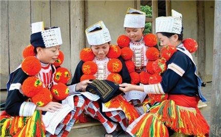 Trang phục người Dao: Sự tinh tế trên từng đường kim, mũi chỉ