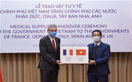 Trao quà Việt Nam gửi tặng các nước châu Âu trong COVID-19