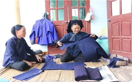 Người lưu giữ trang phục dân tộc Nùng