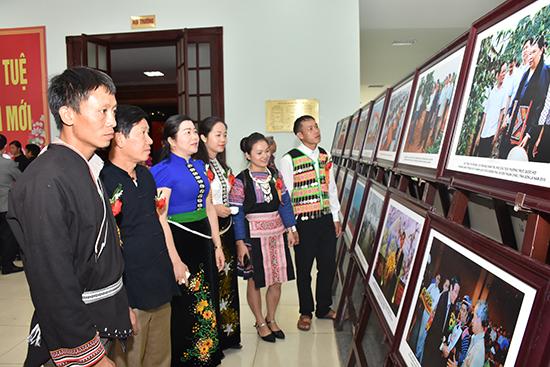 Các đại biểu tham quan triển lãm ảnh tại Đại hội.