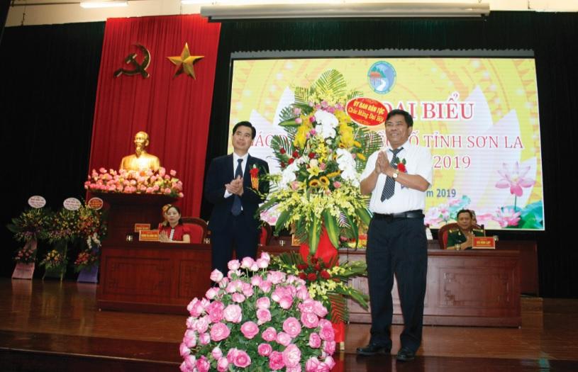 Thứ trưởng, Phó Chủ nhiệm UBDT Y Thông tặng hoa chúc mừng Đại hội.