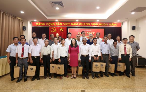 Thứ trưởng, Phó Chủ nhiệm UBDT Hoàng Thị Hạnh tặng quà của UBDT cho các đại biểu.
