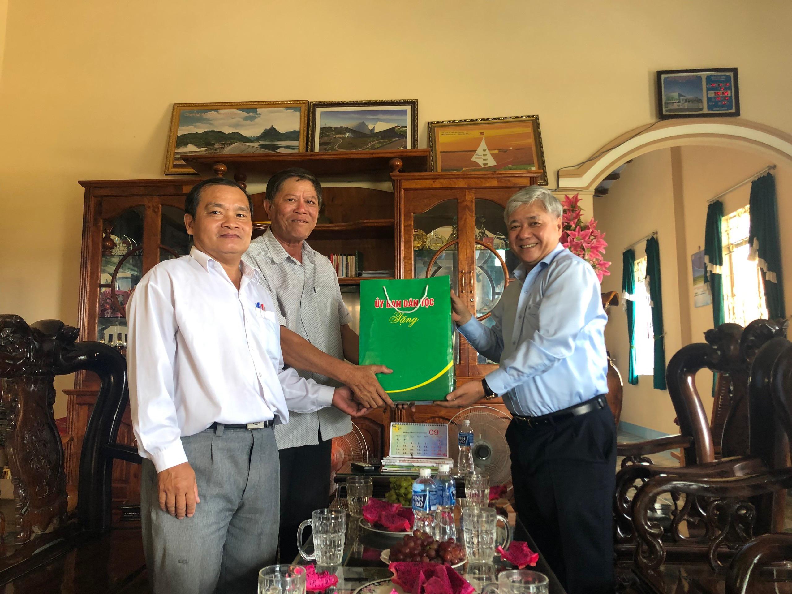 Bộ trưởng, Chủ nhiệm UBDT Đỗ Văn Chiến thăm và tặng quà ông Mai Sên - Nguyên Tỉnh ủy viên, nguyên Trưởng Ban Dân tộc tỉnh Bình Thuận