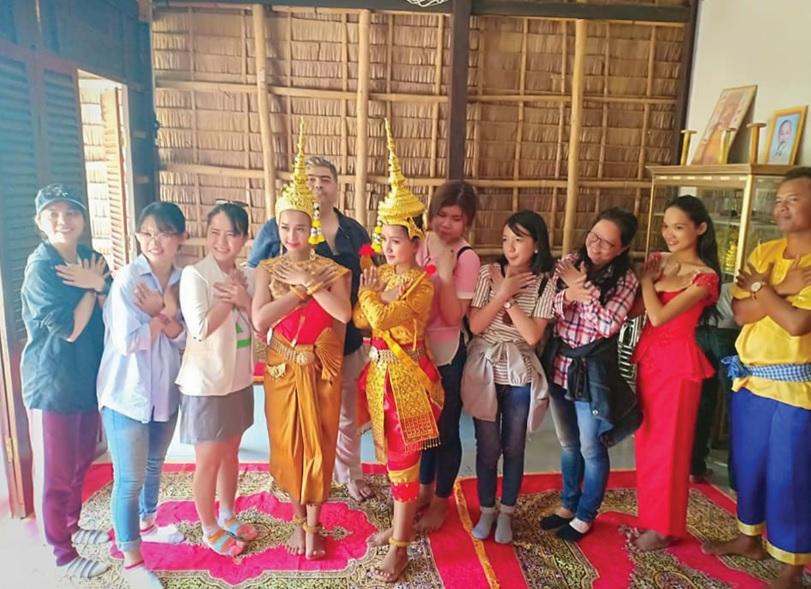 Du khách tham gia các hoạt động trải nghiệm tại Làng Văn hóa du lịch Khmer Trà Vinh.