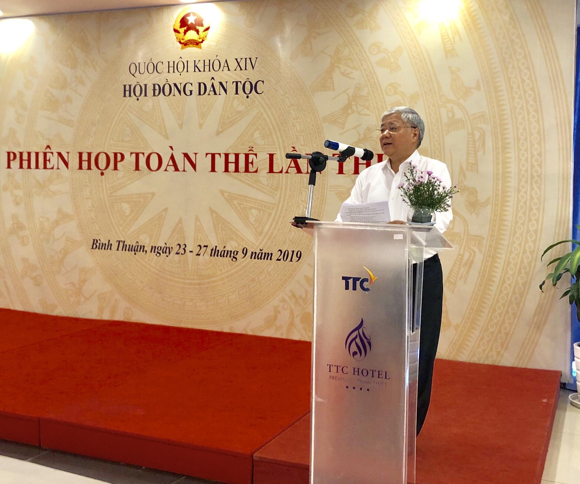 Bộ trưởng, Chủ nhiệm UBDT Đỗ Văn Chiến báo cáo tại Phiên họp.