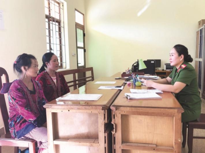 Thiếu tá Sùng Thị Bia giải thích cho người dân đến làm thủ tục cấp CCCD.