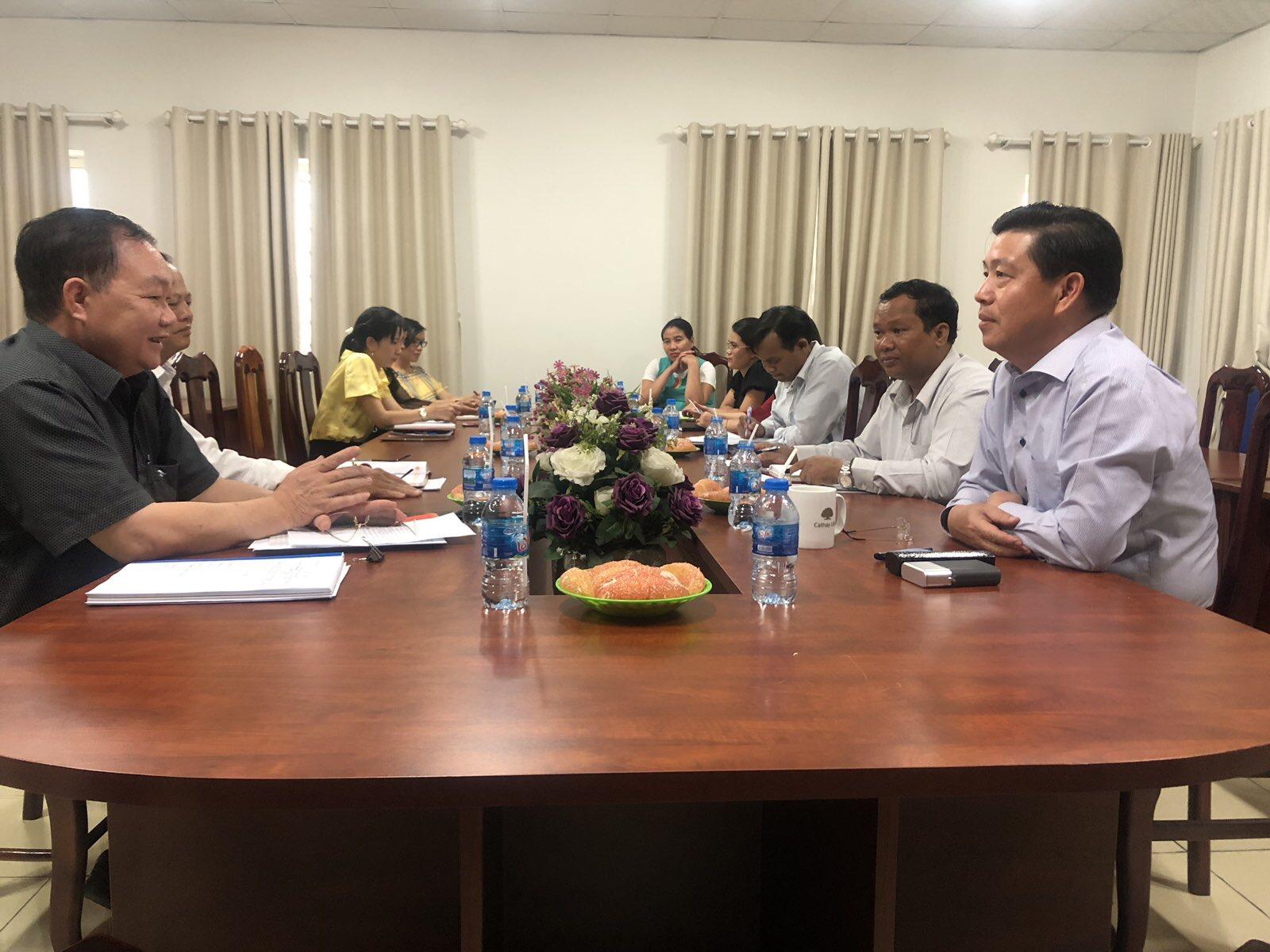 Thứ trưởng, Phó Chủ nhiệm Lê Sơn Hải (người thứ nhất bên phải) giải đáp những vướng mắc của địa phương.