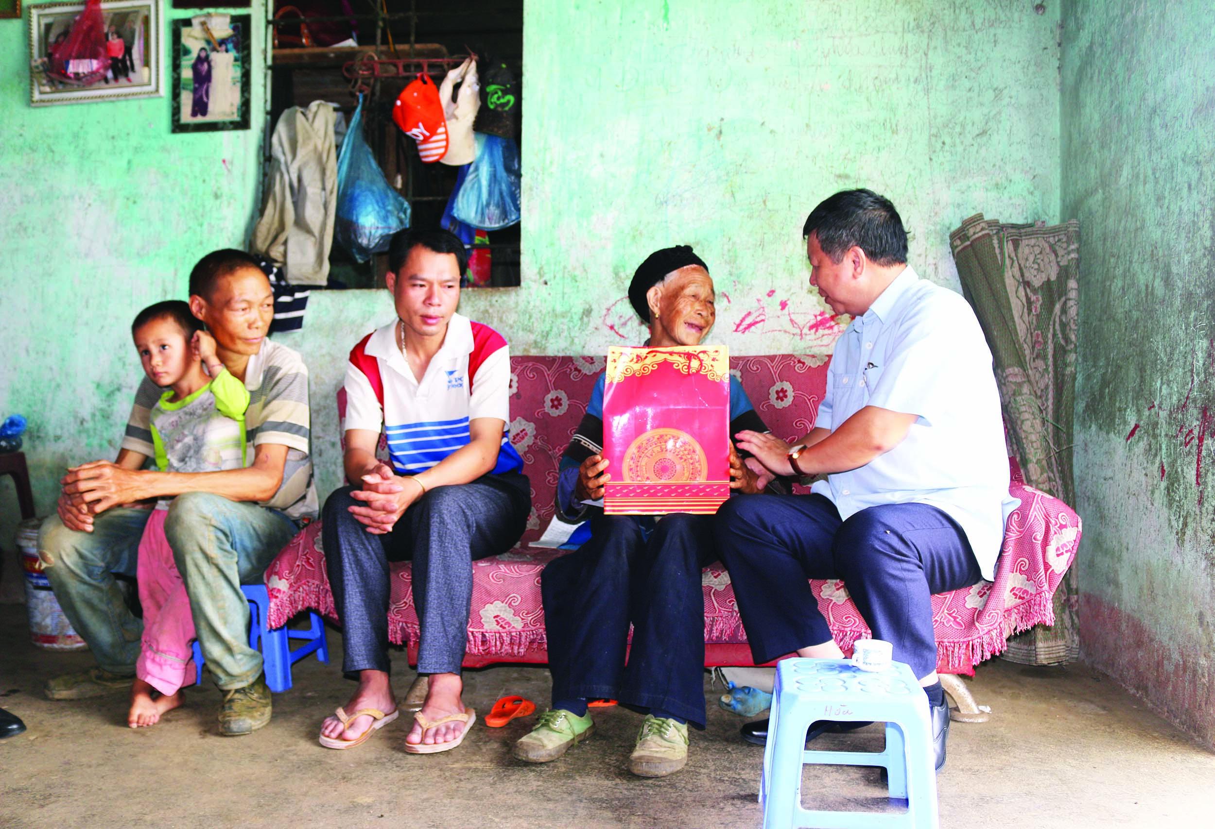 Phó Chủ tịch UBND tỉnh Lê Ngọc Hưng thăm, tặng quà gia đình người có công, gia đình chính sách huyện Mường Khương.