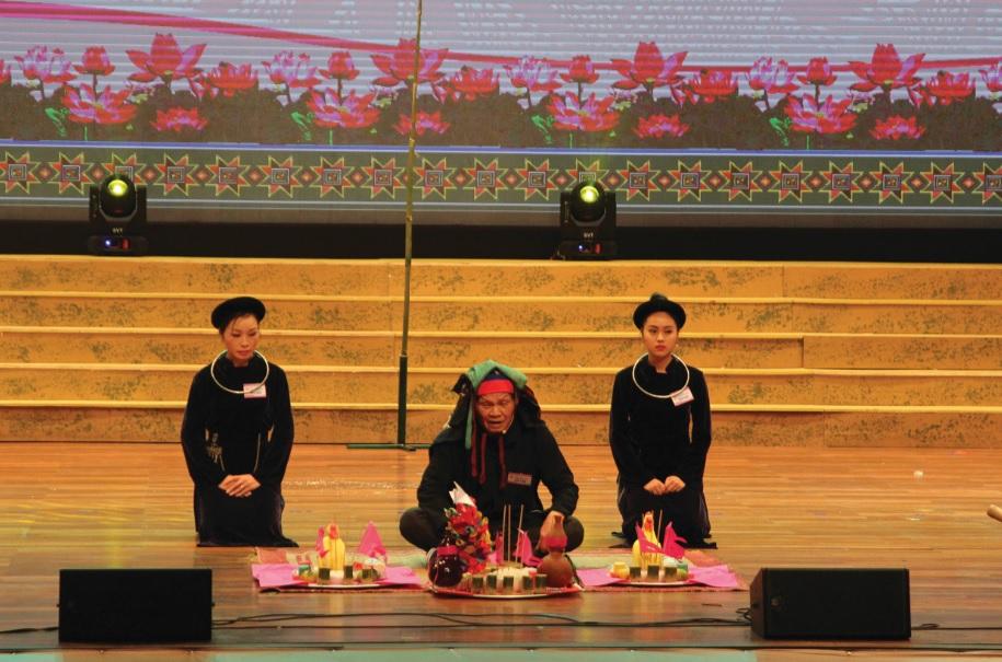 Trích đoạn Lễ hội Lồng Tồng (của đồng bào Tày) trên sân khấu.