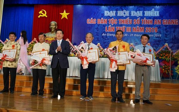 Thứ trưởng, Phó Chủ nhiệm Lê Sơn Hải trao Bằng khen của Bộ trưởng, Chủ nhiệm UBDT đến các tập thể và cá nhân có thành tích xuất sắc