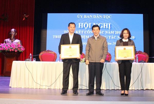 Thứ trưởng, Phó Chủ nhiệm Nông Quốc Tuấn tặng danh hiệu Tập thể lao động xuất sắc của UBDT cho 2 vụ, đơn vị