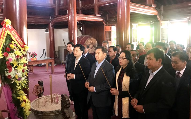 Đoàn công tác dâng hương tưởng nhớ các anh hùng liệt sĩ tại Nghĩa trang liệt sĩ Việt - Lào tại huyện Anh Sơn