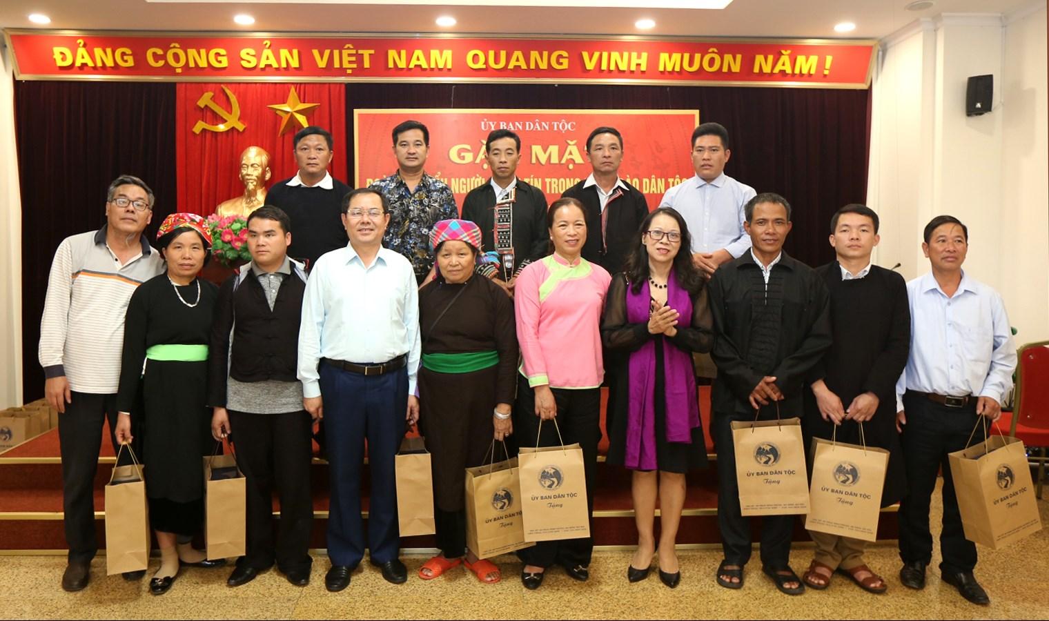 Thứ trưởng, Phó Chủ nhiệm UBDT Hoàng Thị Hạnh tặng quà và chụp ảnh lưu niệm cùng các đại biểu