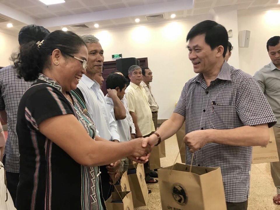 Thứ trưởng, Phó Chủ nhiệm UBDT Nông Quốc Tuấn tặng quà cho đại biểu Người có uy tín.