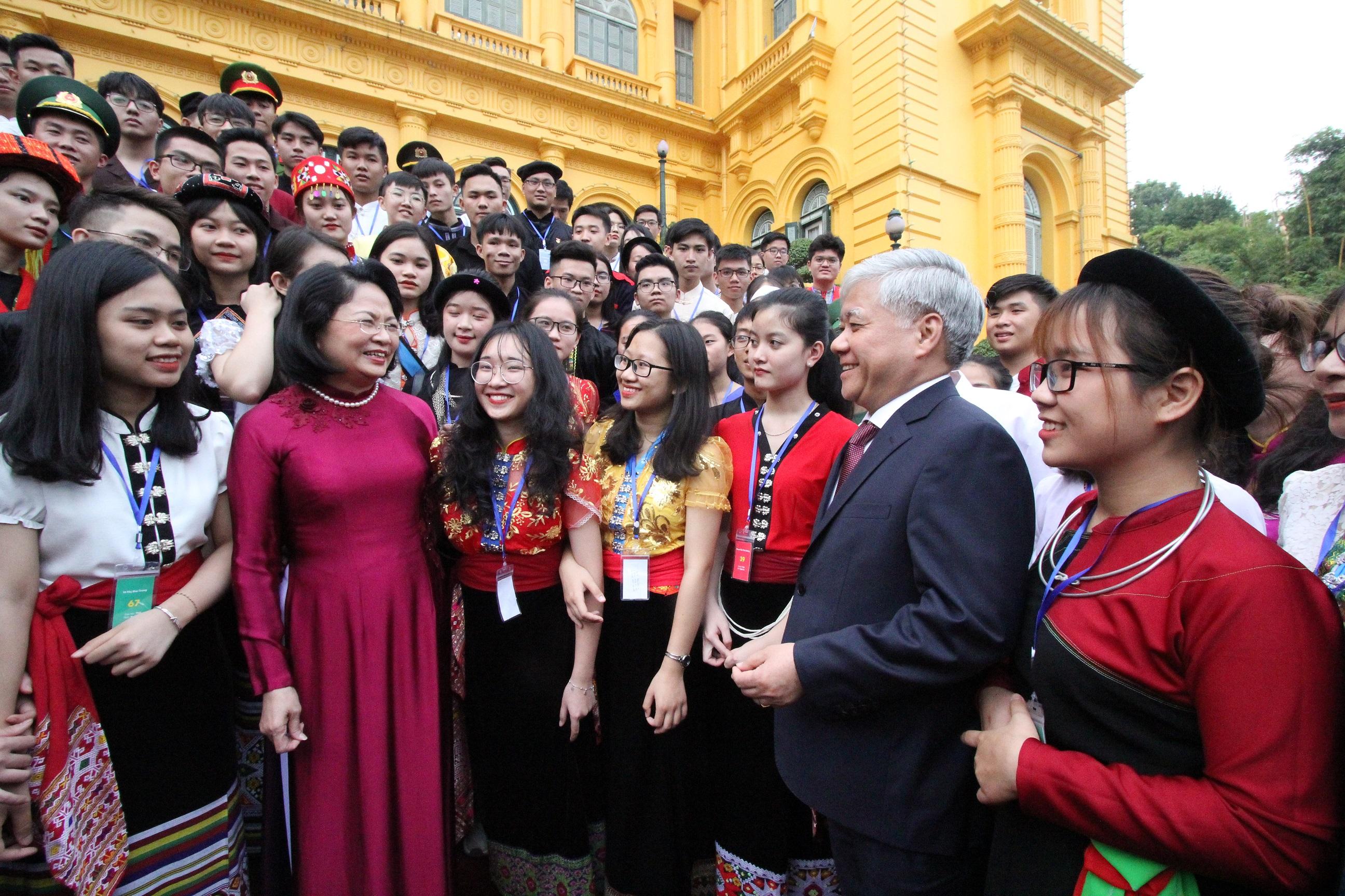 Phó Chủ tịch nước Đặng Thị Ngọc Thịnh và Bộ trưởng, Chủ nhiệm UBDT Đỗ Văn Chiến trò chuyện với các em học sinh, sinh viên, thanh niên DTTS xuất sắc, tiêu biểu