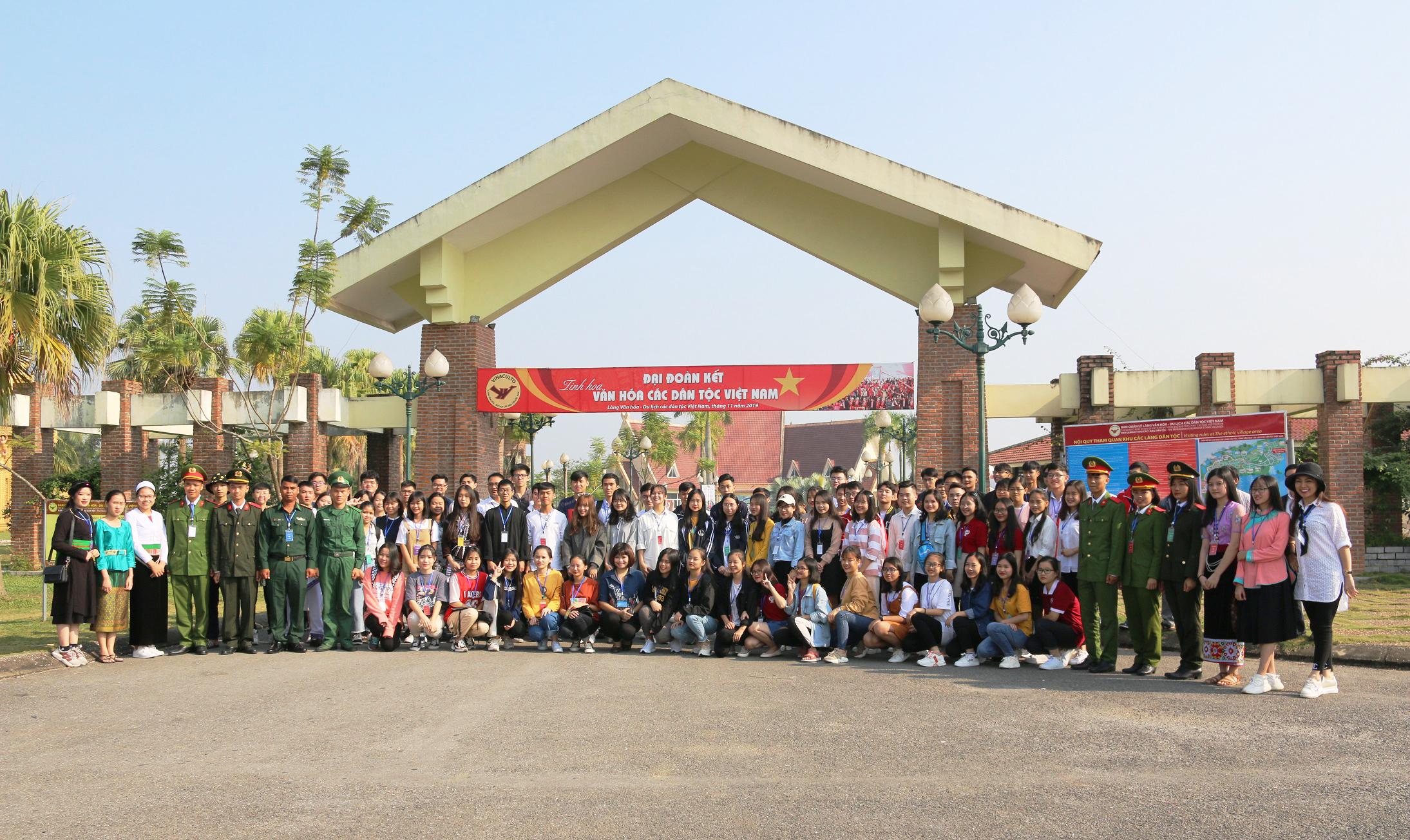 Các em học sinh, sinh viên, thanh niên DTTS tiêu biểu xuất sắc toàn quốc năm 2019 chụp ảnh lưu niệm tại Làng Văn hóa Du lịch các dân tộc Việt Nam.