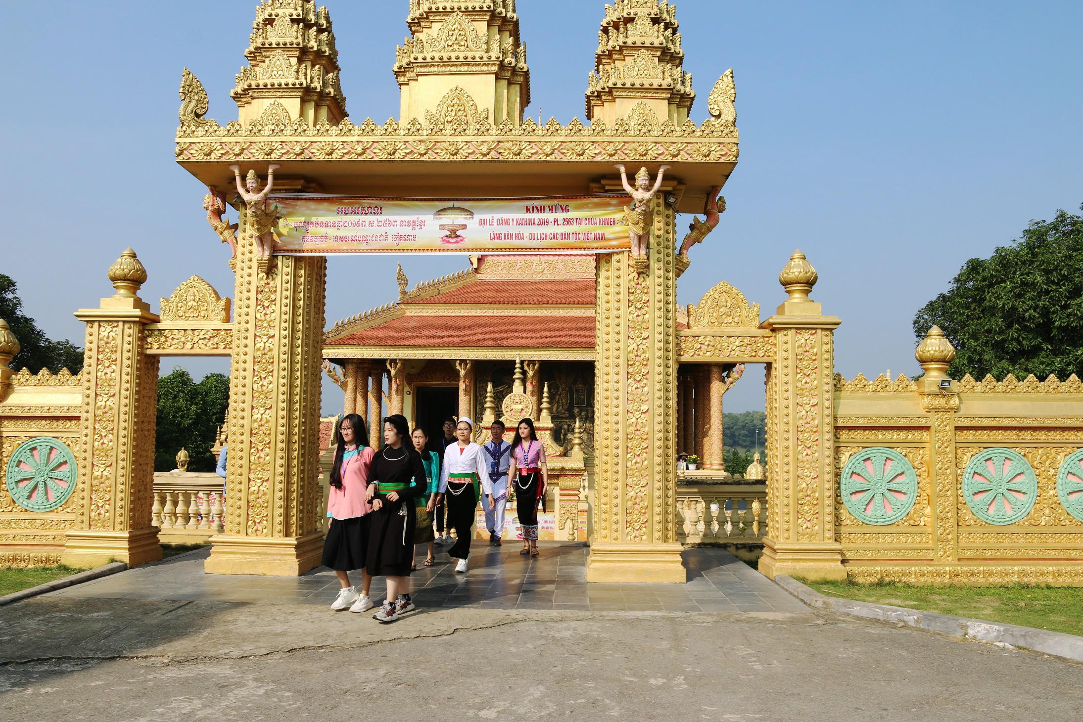 Các em học sinh, sinh viên, thanh niên DTTS tiêu biểu xuất sắc toàn quốc năm thăm quan chùa Khmer.