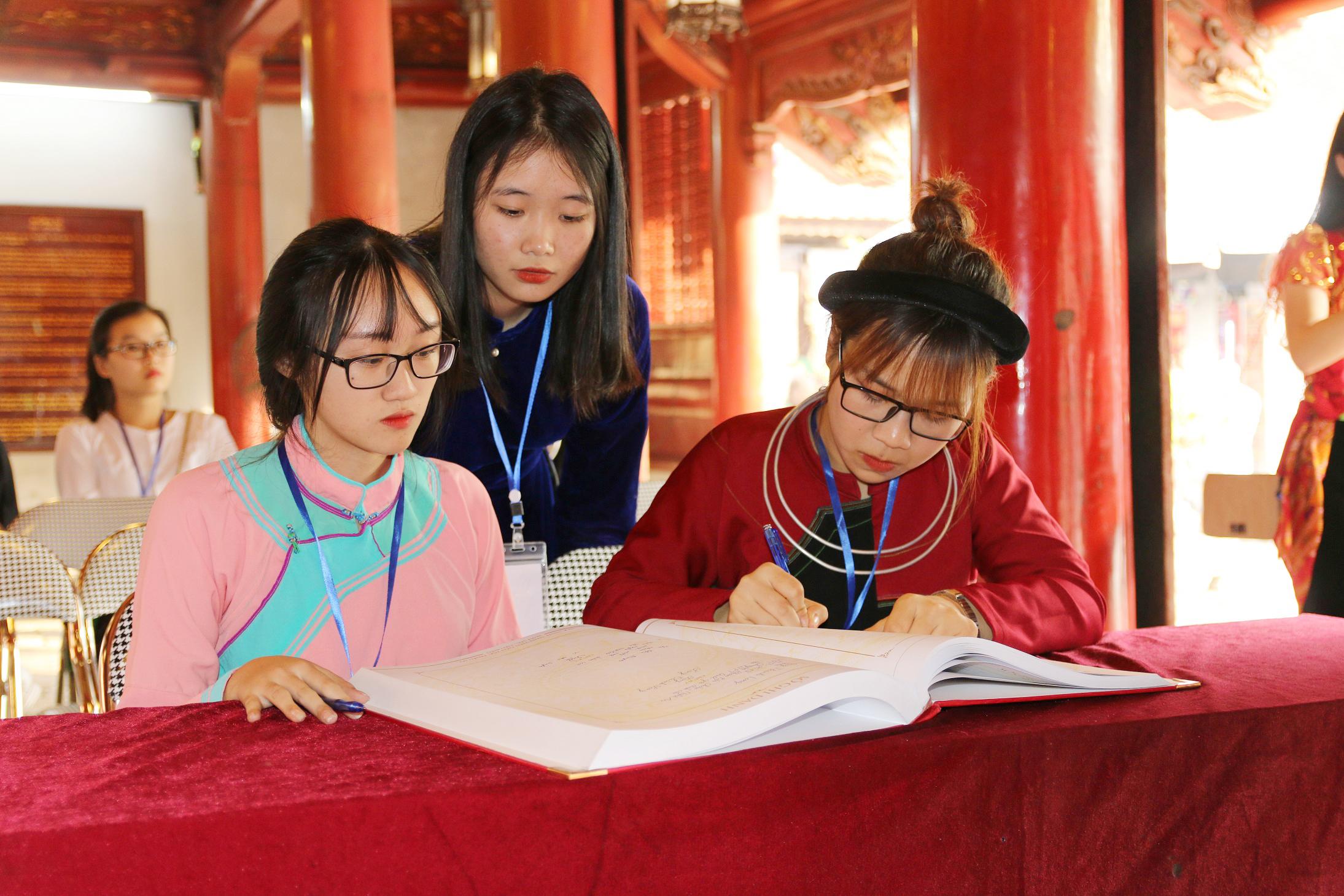 Các em học sinh, sinh viên, thanh niên ghi sổ vàng tại Văn miếu-Quốc Tử giám.