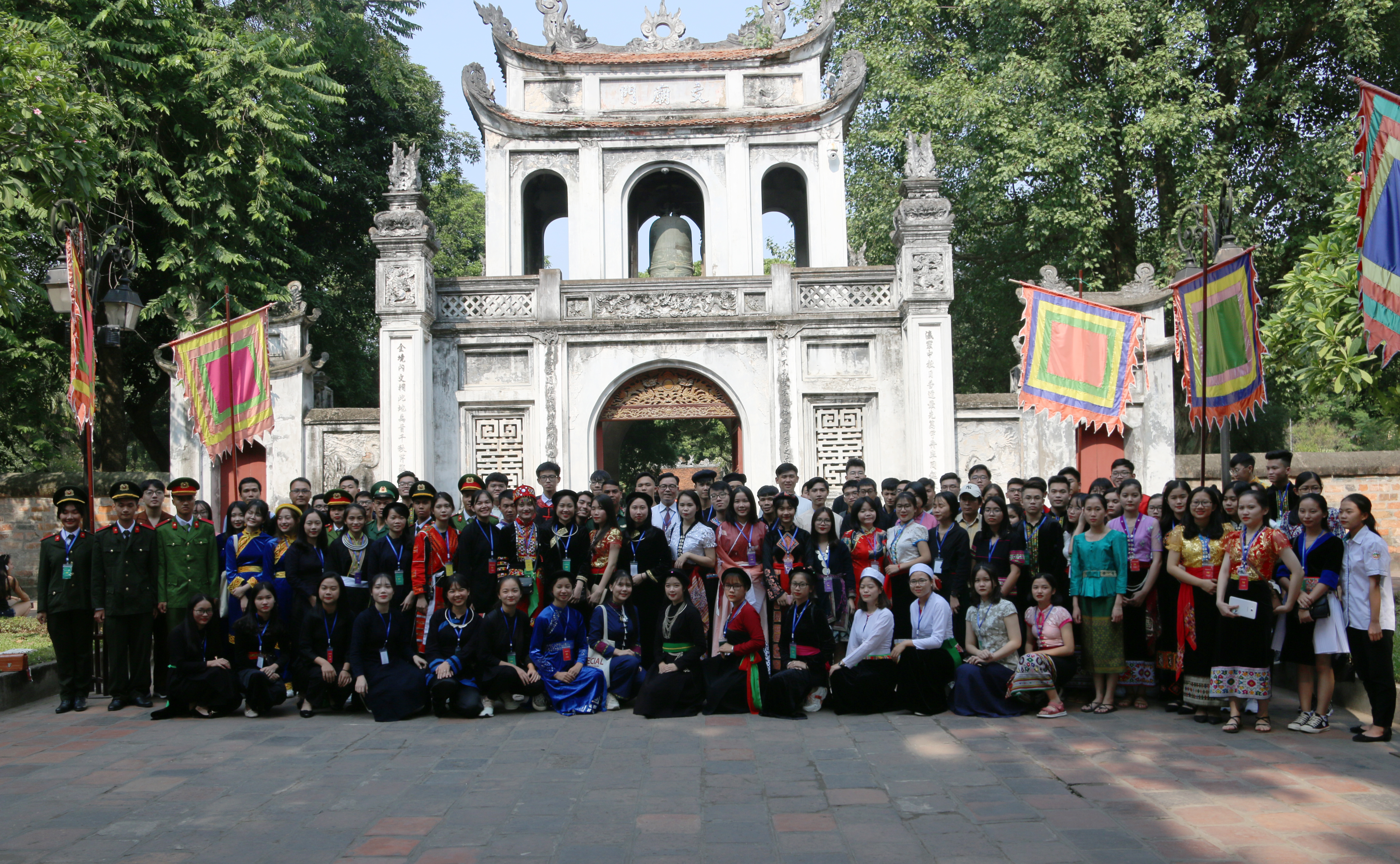 Các em học sinh, sinh viên, thanh niên DTTS tiêu biểu xuất sắc toàn quốc năm 2019 chụp ảnh lưu niệm tại Văn Miếu - Quốc Tử Giám
