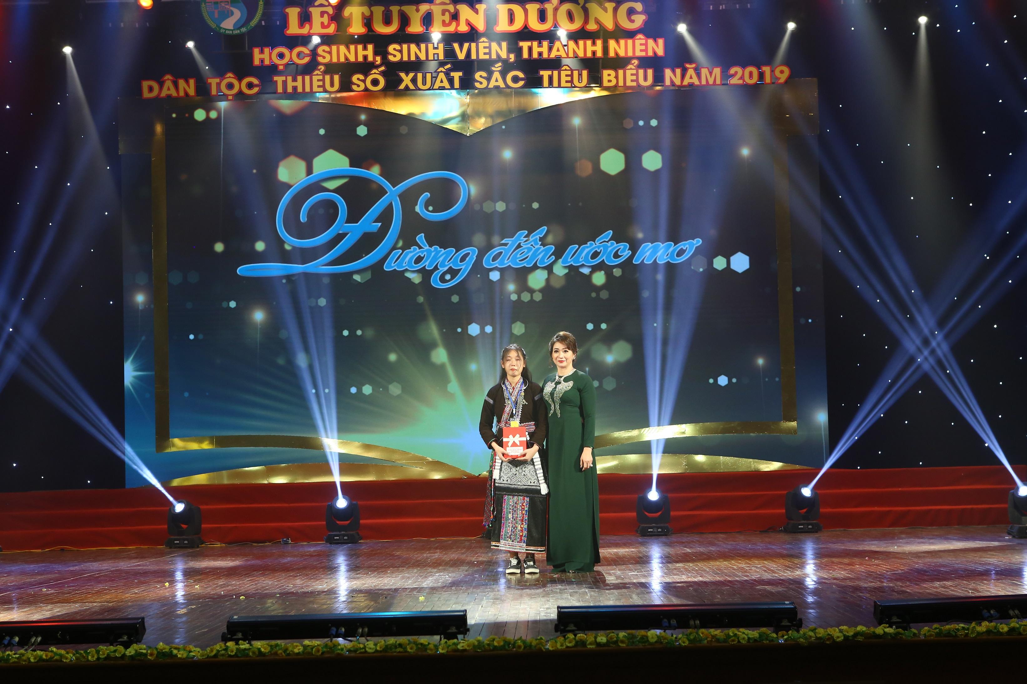 Bà Diễm Thúy, Giám đốc Công ty TNHH TM&DV Hoàng Trà My trao học bổng cho em Tao Thị Ón, sinh viên trường Học viện Phụ nữ
