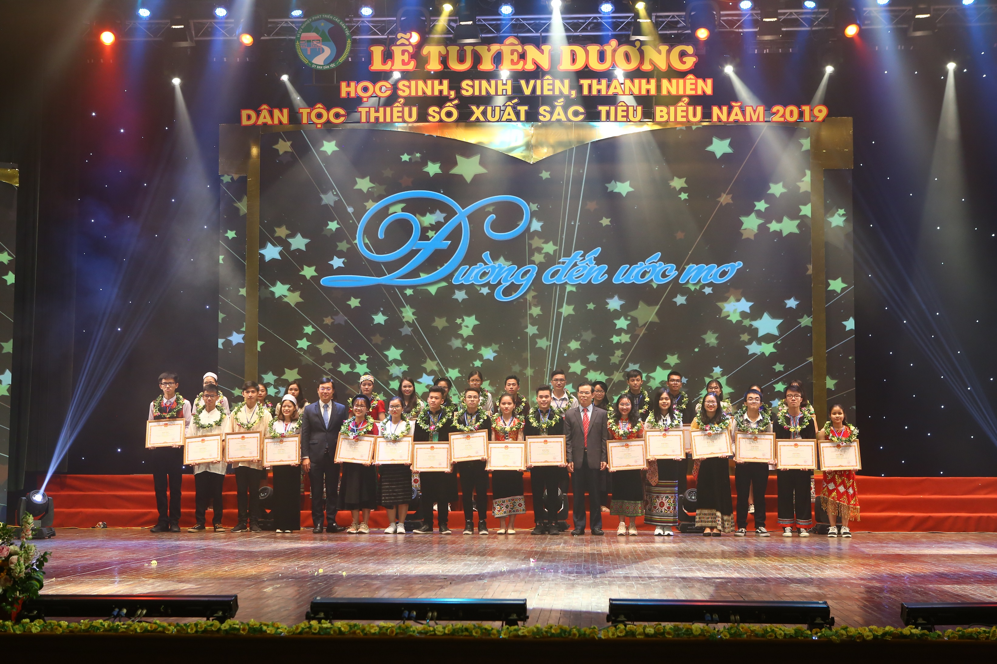 Ông Triệu Tài Vinh, Phó trưởng Ban Kinh tế Trung ương và ông Lê Quốc Phong, Bí thư thứ Nhất Trung ương Đoàn TNCSHCM trao thưởng cho các em học sinh, sinh viên DTTS đạt điểm cao trong kỳ thi THPT Quốc gia