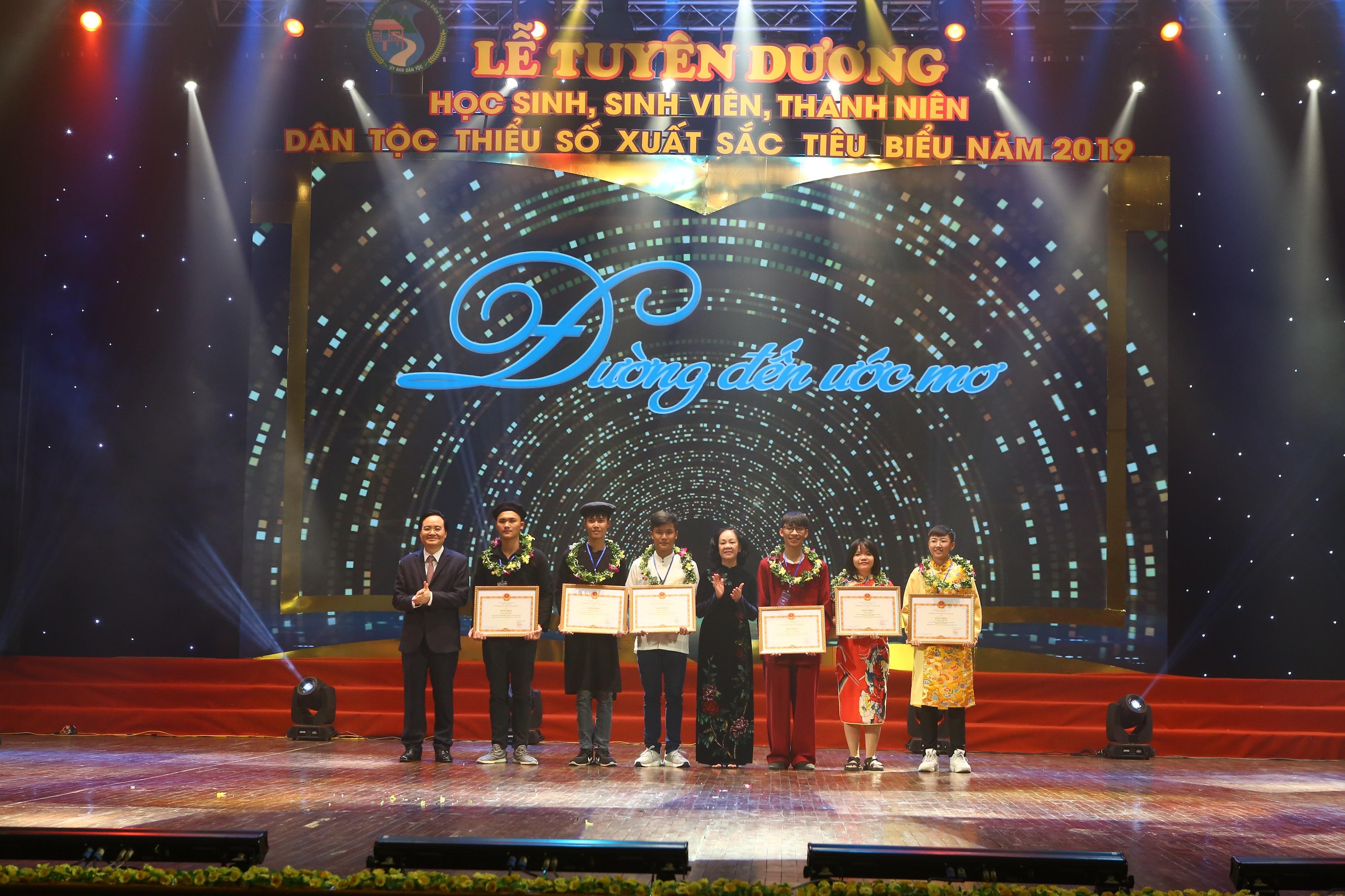 Trưởng Ban Dân vận Trung ương Trương Thị Mai và Bộ trưởng Bộ Giáo dục và Đào tạo Phùng Xuân Nhạ trao thưởng cho học sinh, sinh viên DTTS đạt giải Nhất, Nhì trong cuộc thi Khoa học kỹ thuật quốc gia