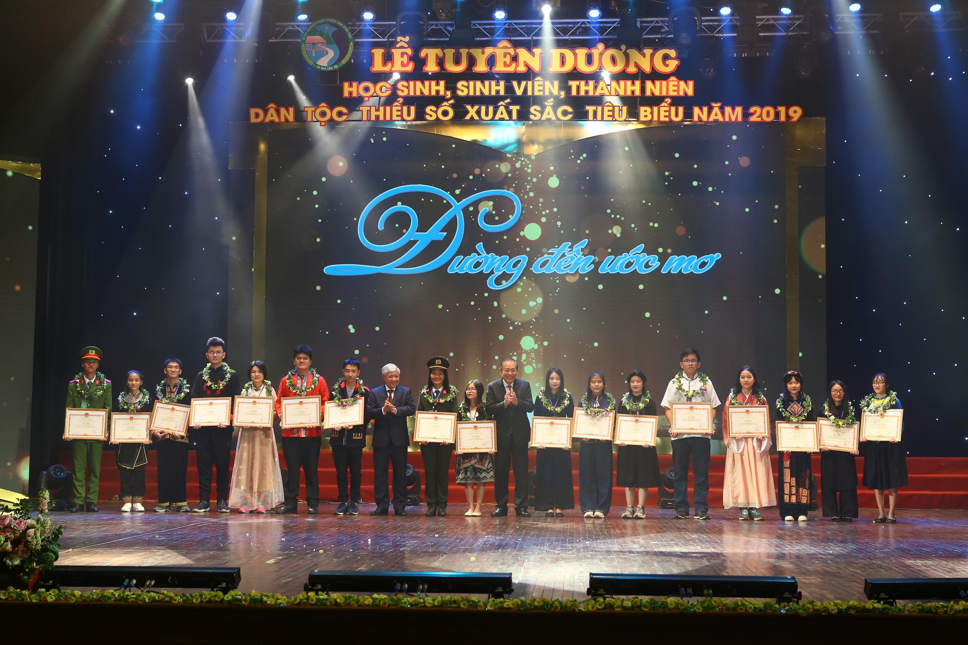 Phó Thủ tướng Thường trực Trương Hòa Bình và Bộ trưởng, Chủ nhiệm UBDT Đỗ Văn Chiến trao thưởng cho các học sinh đạt giải Nhất, Nhì trong kỳ thi học sinh giỏi quốc gia tại Lễ tuyên dương năm 2019