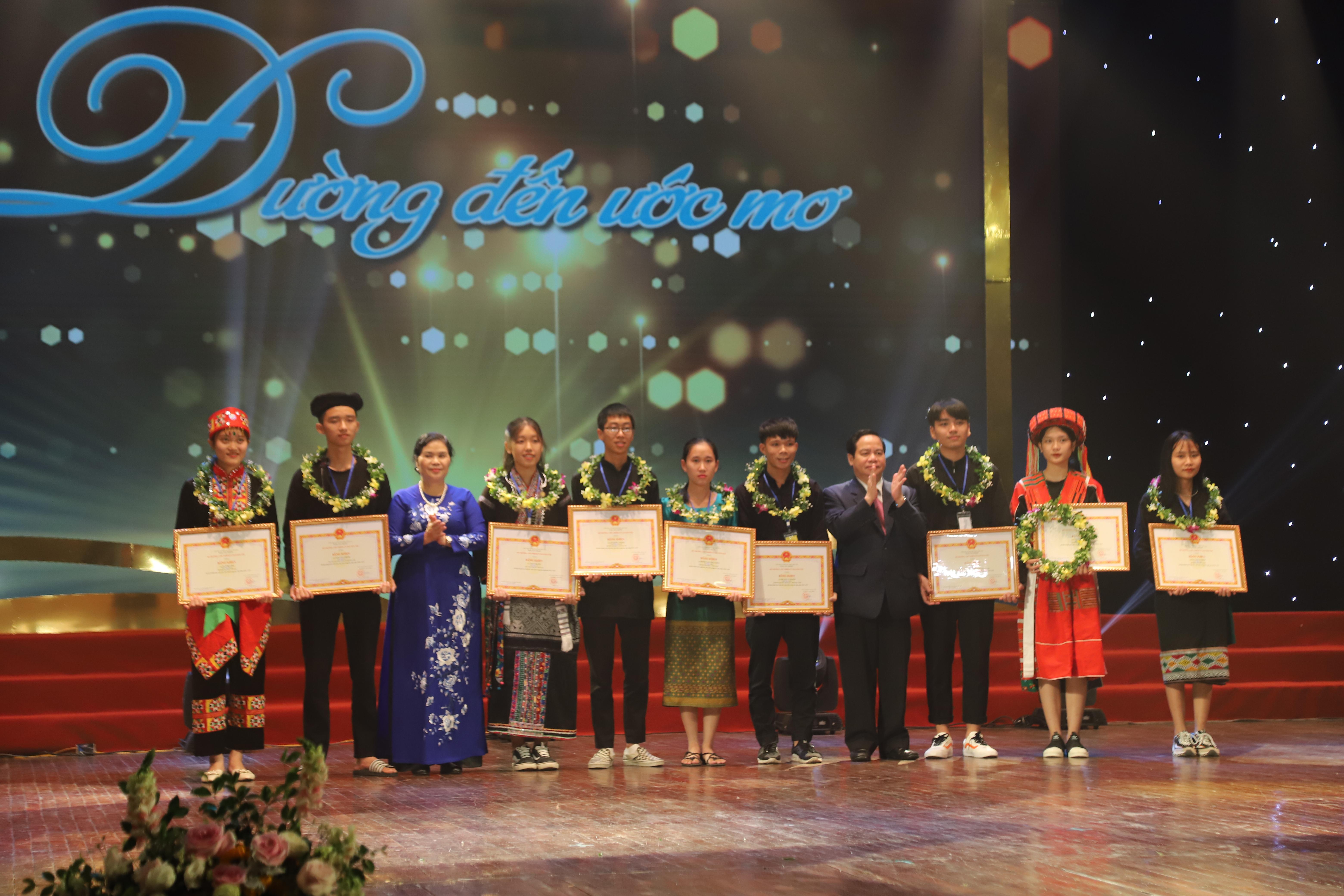 Ông Điểu K'Ré, Phó Trưởng ban Dân vận Trung ương và bà Giàng Páo Mỷ - Bí thư Tỉnh ủy tỉnh Lai Châu trao phần thưởng cho các học sinh người DTTS rất ít người (dưới 10.000 người) trúng tuyển vào đại học