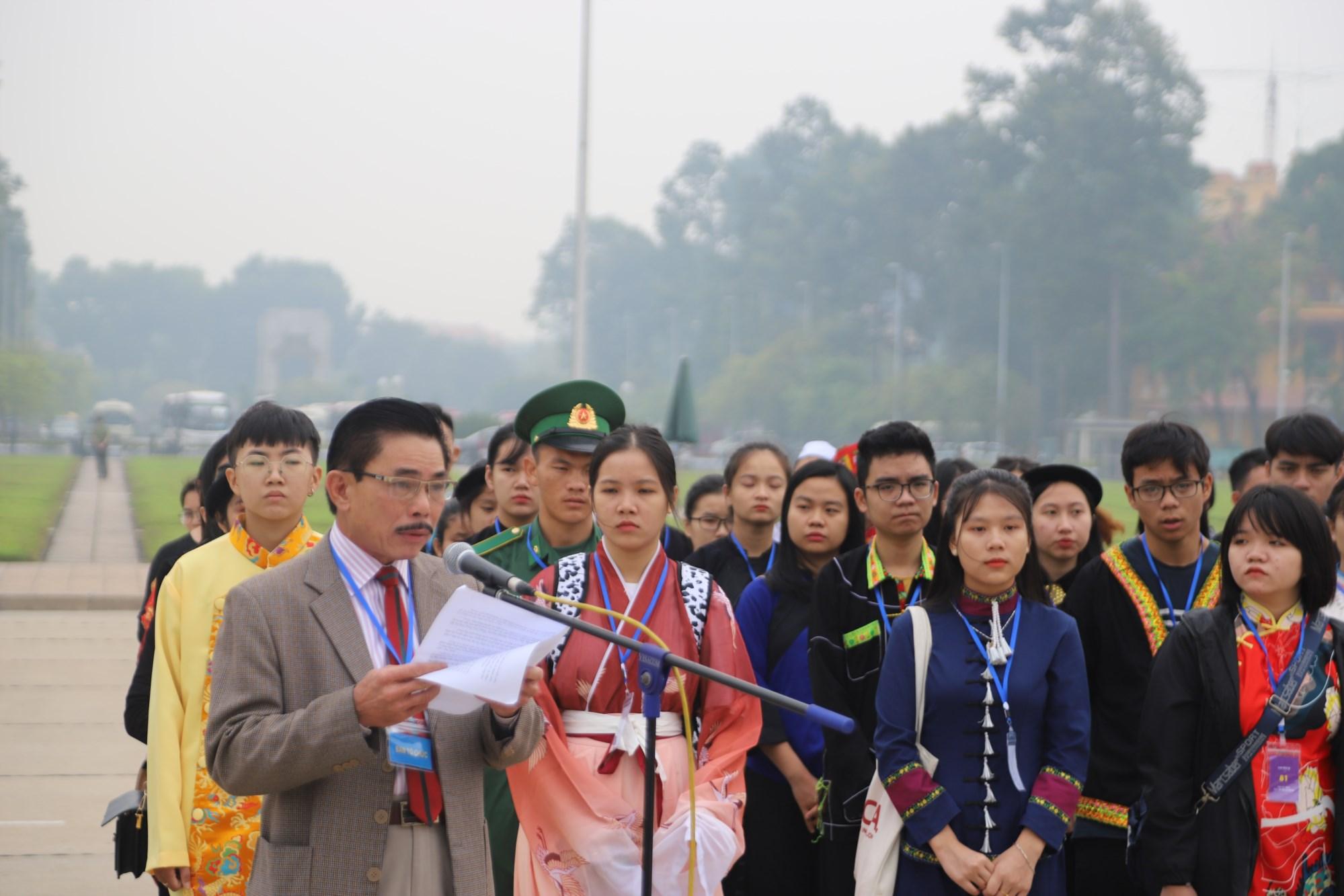 Ông Lê Công Bình, Phó Tổng Biên tập -Phụ trách Báo Dân tộc và Phát triển phát biểu tại Lễ Báo công vào Lăng viếng Bác.