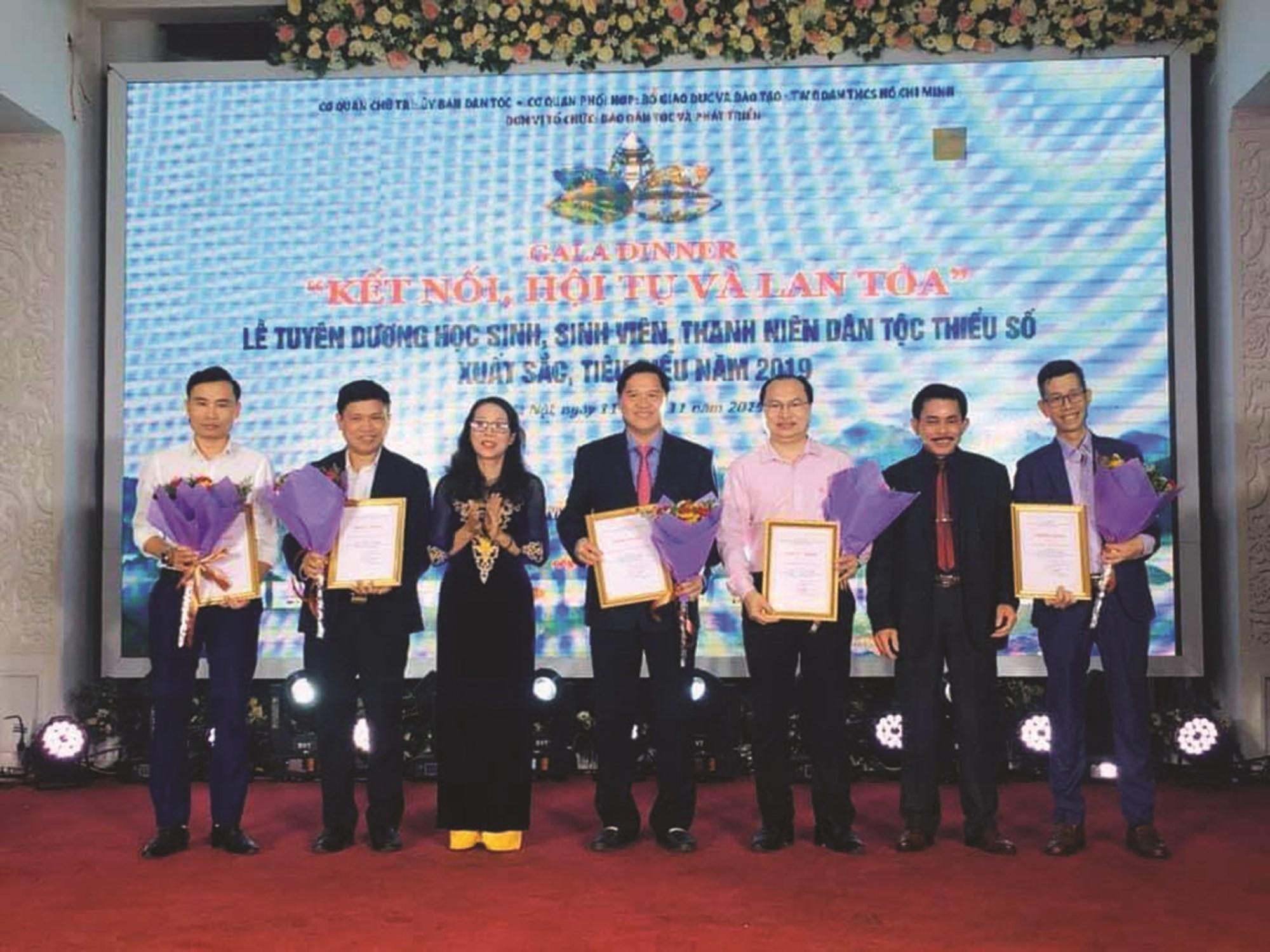 Thứ trưởng, Phó Chủ nhiệm Ủy ban Dân tộc Hoàng Thị Hạnh tặng hoa và trao Giấy chứng nhận cho các Nhà tài trợ