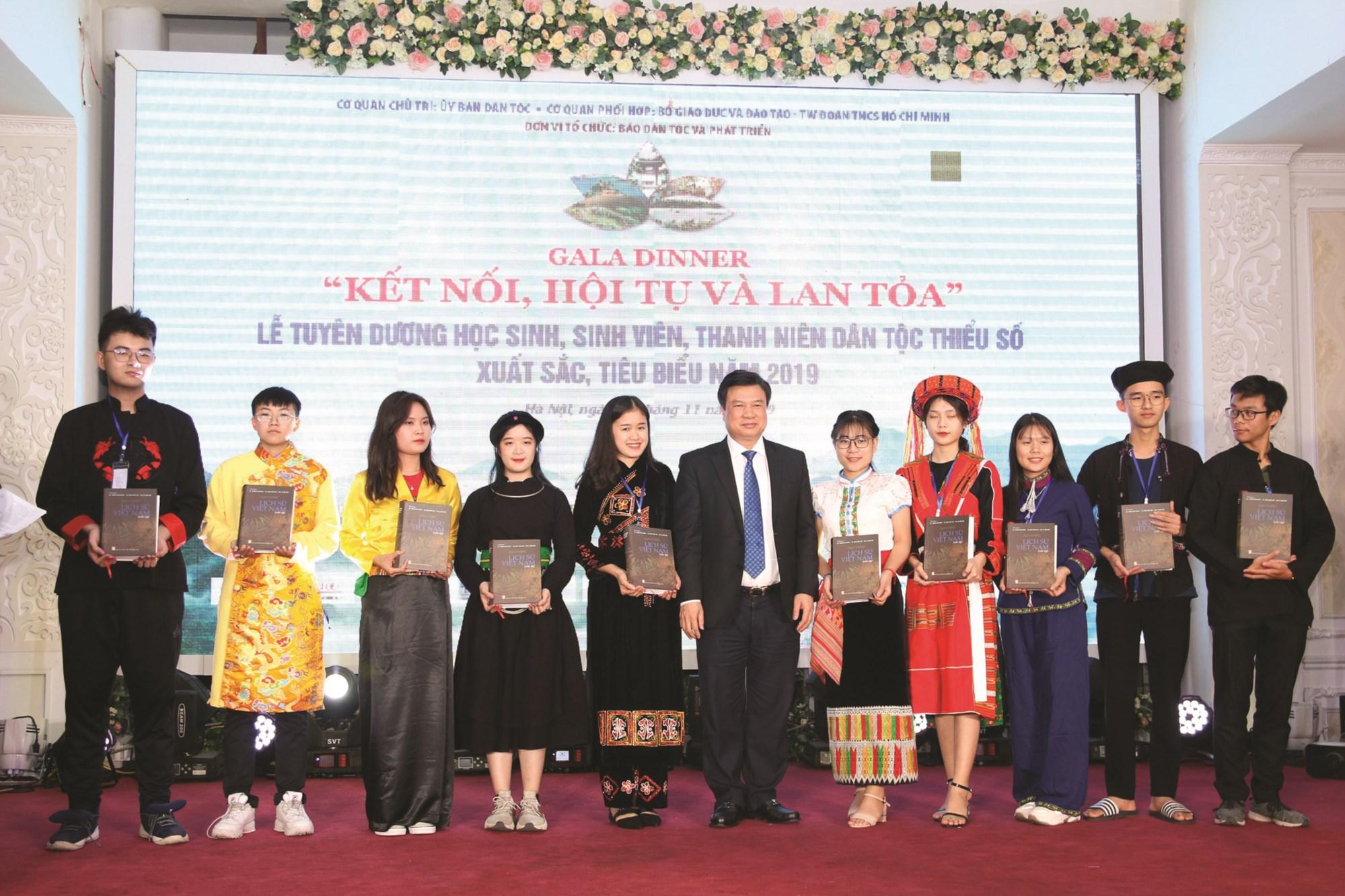 Thứ trưởng Bộ Giáo dục và Đào tạo Nguyễn Hữu Độ tặng quà của Bộ Giáo dục và Đào tạo cho các em học sinh, sinh viên DTTS