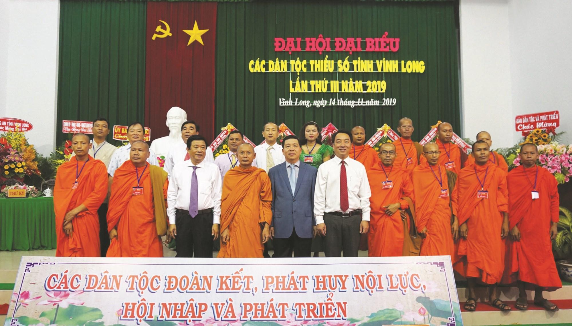 Thứ trưởng, Phó chủ nhiệm UBDT Lê Sơn Hải (đứng thứ 5 hàng đầu từ trái sang phải) cùng lãnh đạo tỉnh chụp ảnh lưu niệm với các đại biểu dự Đại Hội