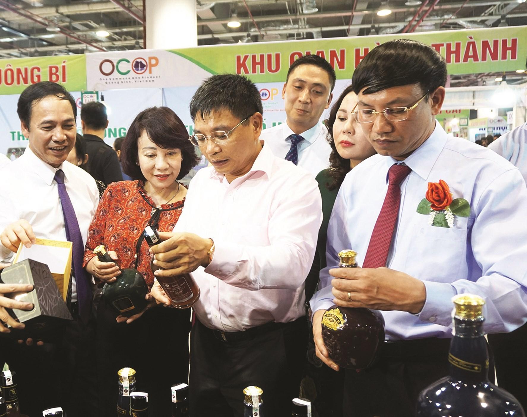 Bí thư Tỉnh ủy, Chủ tịch HĐND tỉnh Quảng Ninh- Nguyễn Xuân Ký (thứ nhất từ phải) và Chủ tịch UBND tỉnh Quảng Ninh- Nguyễn Văn Thắng (thứ hai từ phải)  xem sản phẩm OCOP Quảng Ninh.