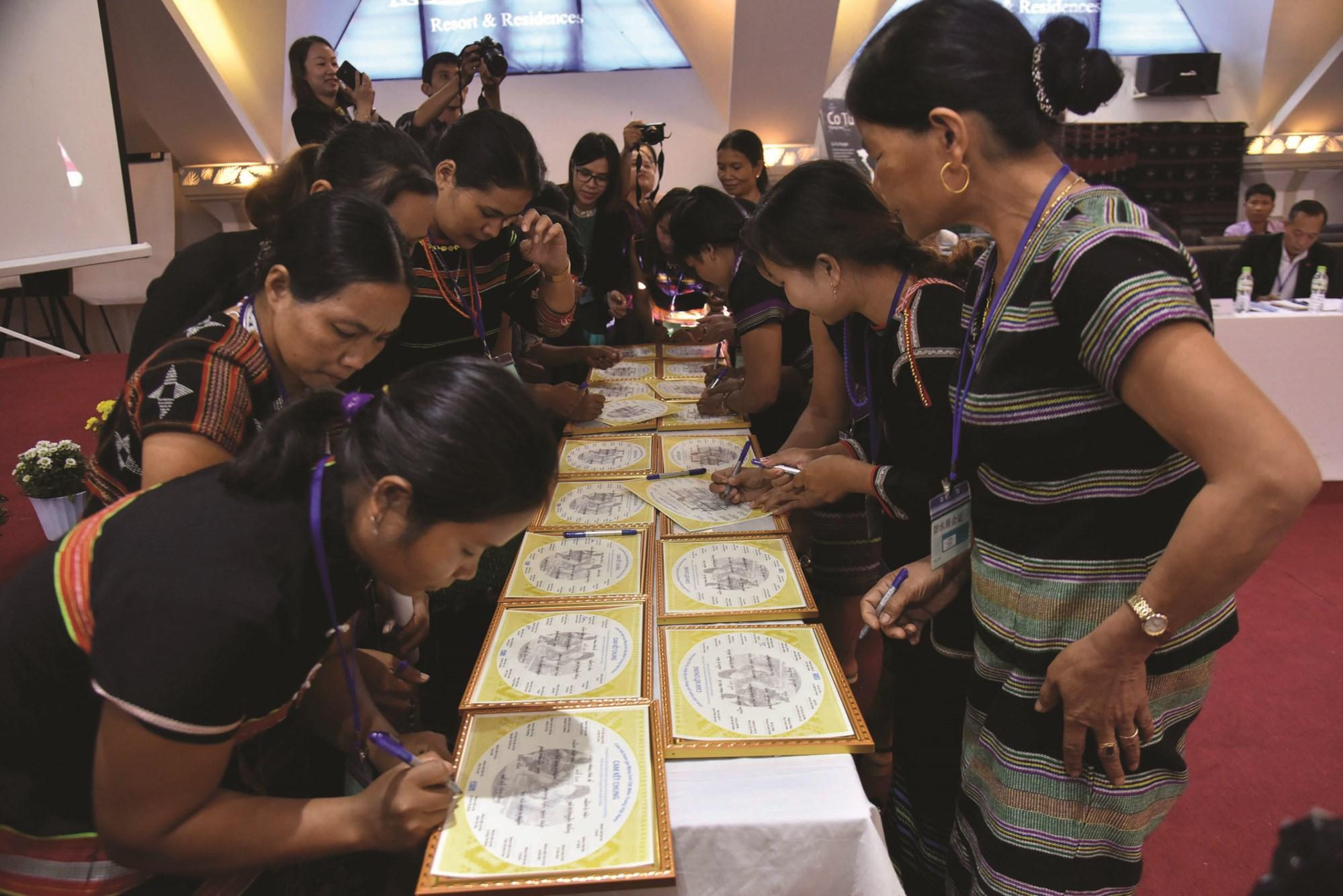 Các thợ dệt ký văn bản cam kết tham gia mạng lưới dệt thổ cẩm