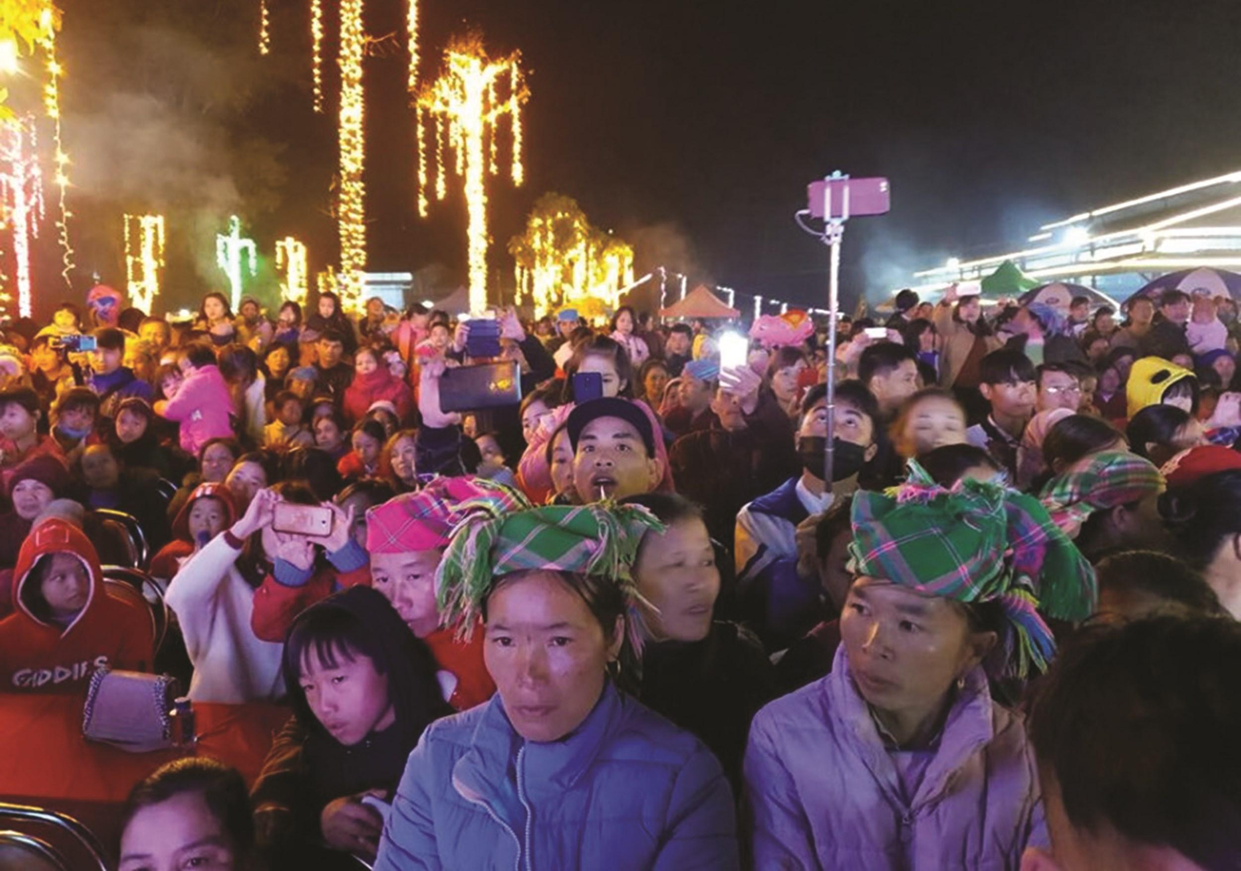 Rất đông người dân và du khách đến với chợ đêm San Thàng