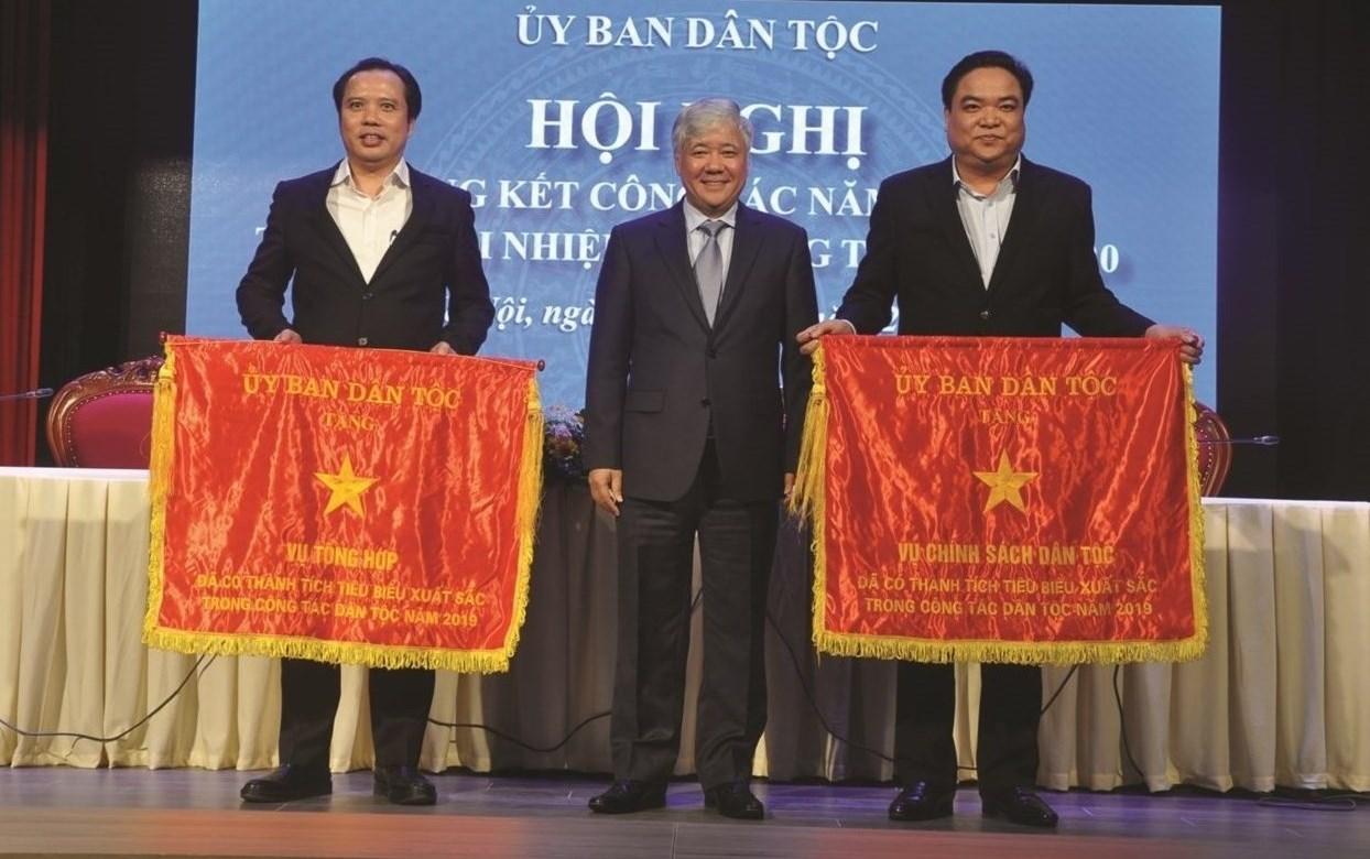 Bộ trưởng, Chủ nhiệm Đỗ Văn Chiến tặng Cờ thi đua cho 2 tập thể hoàn thành xuất sắc nhiệm vụ