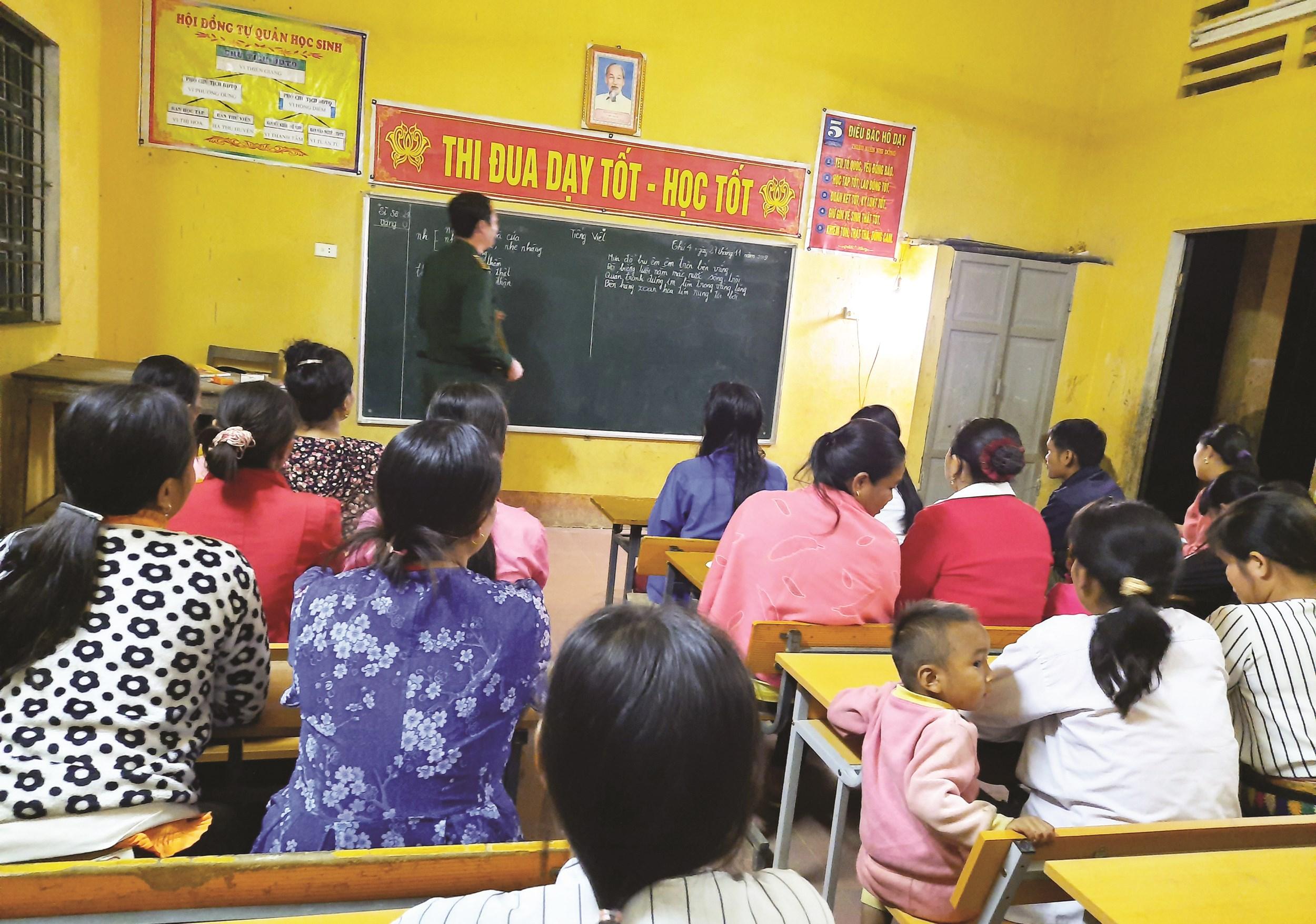 Các học viên chăm chú nghe giáo viên giảng bài