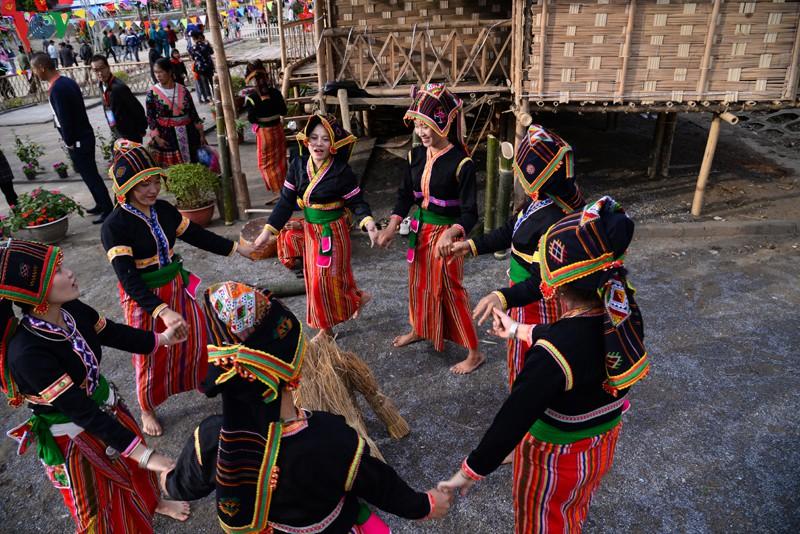 Lễ hội ném còn 3 nước Việt - Lào - Trung là nơi gặp gỡ giao lưu của nhân dân các huyện có chung đường biên giới của 3 nước và là dự kiện thắt chặt tình hữu nghị của nhân dân các dân tộc trong vùng