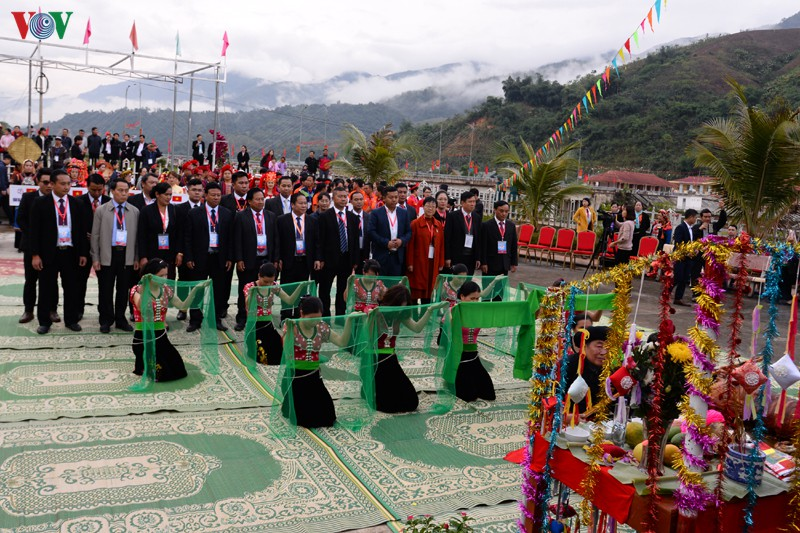Theo truyền thống, trước khi khai lễ hội sẽ diễn ra lễ cúng còn, một trong những nét văn hóa tâm linh đặc trưng của nhân dân các dân tộc thuộc các huyện biên giới ba nước